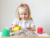 Mała Kaukaska dziewczyna Bawić się z Kinetycznym piasek edukacji Wczesnym narządzaniem dla szkoły w domu fotografia royalty free