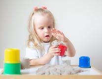 Mała Kaukaska dziewczyna Bawić się z Kinetycznym piasek edukacji Wczesnym narządzaniem dla szkoły w domu obraz stock