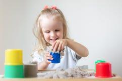 Mała Kaukaska dziewczyna Bawić się z Kinetycznym piasek edukacji Wczesnym narządzaniem dla szkoły w domu zdjęcie royalty free