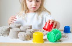 Mała Kaukaska dziewczyna Bawić się z Kinetycznym piasek edukacji Wczesnym narządzaniem dla szkoły w domu fotografia stock