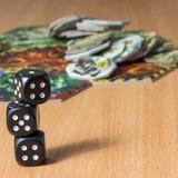 Mała kolumna trzy ciemnego kostka do gry na powierzchni drewniany stół Zdjęcie Royalty Free