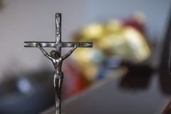 Mała krucyfiks statua Chrystus na krzyżu obrazy stock