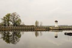 Mała latarnia morska na małej wyspie Latarnia morska lokalizuje w grodzkim Kremenchug obrazy stock