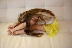 Mała młoda piękna dziewczyna ćwiczy dla gimnastyk zdjęcia stock