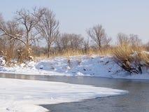 Mała mała rzeka w zimie Zdjęcia Royalty Free