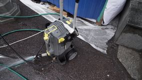 Mała machinalna pompowa jednostka z związanymi wężami elastycznymi umieszcza na asfalt ziemi zbiory wideo