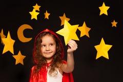 Mała marzycielka trzyma mknącą gwiazdę Zdjęcie Royalty Free