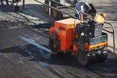 Mała maszyna dla kłaść nowego asfalt Asfaltowy brukowanie fotografia royalty free