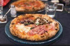 Mała mięsna pizza, zamknięty widok Fotografia Stock
