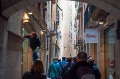 Mała miasto ulica w mieście Barcelona w Hiszpania obrazy royalty free