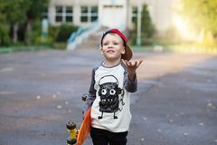 Mała miastowa chłopiec z centu deskorolka Dzieciak jazda w th Zdjęcie Royalty Free
