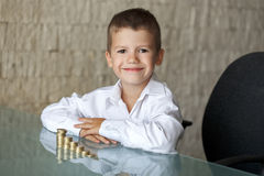 Mała milioner chłopiec z euro kolumnami obrazy stock