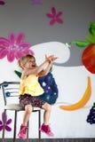 Mała dziewczynka łapie małą piłkę Zdjęcie Stock