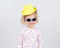 Mała mody dziewczyna w okularach przeciwsłonecznych Zdjęcie Royalty Free