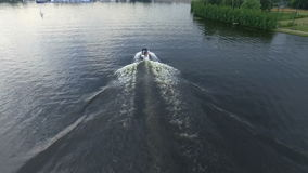 Mała motorowa łódź bardzo szybko sunie nad powierzchnią rzeka Wodny czochry out ślad łódź Kamera zbiory
