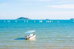 Mała motorowa łódź w błękitnym morzu z żeglowaniem na tle obraz royalty free