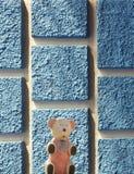 Mała niedźwiadkowa drewniana zabawka na tle ściana ilustracja wektor