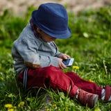 Mała nowożytna chłopiec z telefonem komórkowym Obrazy Royalty Free