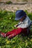 Mała nowożytna chłopiec z telefonem komórkowym Fotografia Stock