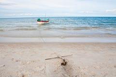 Mała ośniedziała tradycyjna kotwica na plaży morzem Obraz Royalty Free