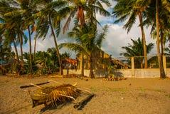 Mała odsadnia stylu Banca łódź odpoczywa na tropikalnej plaży Pandan, Panay, Filipiny obrazy stock
