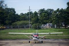 Mała ogłoszenie towarzyskie samolotu przerwa na pasie startowym przy Ubon Ratchathani lotniskiem międzynarodowym obraz royalty free