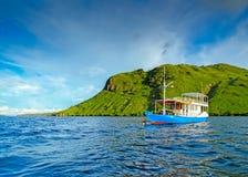 Mała osamotniona łódź Fotografia Stock