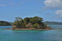 Mała osamotniona wyspa w błękitnym morzu Zdjęcie Royalty Free