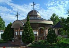 Mała otwarta kaplica i dekoracyjne rośliny wokoło go Obrazy Stock
