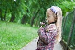 Mała piękna blond dziewczyna w naturze fotografia stock