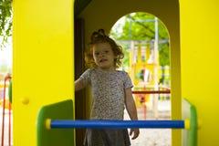 Mała piękna dziewczyna bawić się na boisku zdjęcie stock