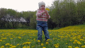 Mała, piękna dziewczyna, bawić się w parku na trawie Kwiaty, dandelions swobodny ruch zbiory