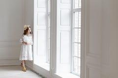 Mała piękna dziewczyna Dziecko lekki portret blisko wielkiego okno zdjęcie royalty free
