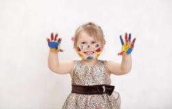 Mała piękna dziewczyna rysuje farby, ręki w farbie Zdjęcia Royalty Free