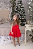 Mała piękna dziewczyna w czerwonej wieczór sukni choinka Obraz Royalty Free