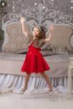 Mała piękna dziewczyna w czerwonej wieczór sukni choinka Zdjęcie Stock