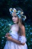 Mała piękna dziewczyna z świecącym kwiatem Zdjęcia Royalty Free
