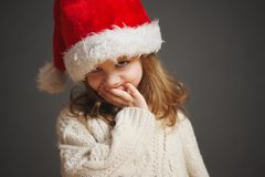 Mała piękna dziewczyna z czerwonym Santa kapeluszem obraz royalty free