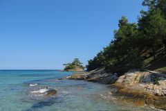 Mała piękna zielona wyspa w morzu egejskim Grecja obrazy stock