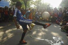 MAŁA piłki nożnej chłopiec Zdjęcia Royalty Free