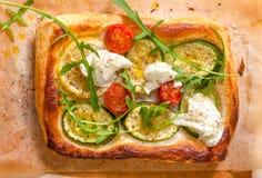 Mała pizza z courgette, pomidorem i mozzarellą, Fotografia Royalty Free