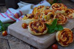 Mała pizza z mozzarella serem, baleron, basil, czereśniowi pomidory Babeczki drożdżowy ciasto na drewnianym tle szczęśliwa godzin Zdjęcie Stock