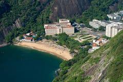 Mała plaża Między górami w Rio De Janeiro zdjęcia stock