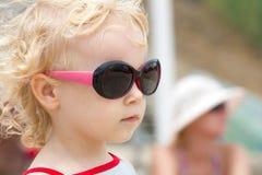 Mała poważna dwa ucho dziewczyna w modnym sungla Obrazy Royalty Free
