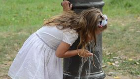 Mała powabna dziewczynka w smokingowej wodzie pitnej od Romańskiej fontanny na gorącym letnim dniu zbiory wideo