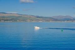 Mała prędkości łódź na Rzecznym Clyde w Października świetle słonecznym fotografia stock