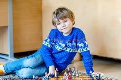 Mała preschool dzieciaka chłopiec bawić się szachową grę w domu Zdjęcie Stock
