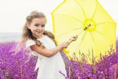Mała princess dziewczyna w lawendy polu z kolorem żółtym Obrazy Royalty Free
