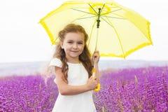 Mała princess dziewczyna w lawendy polu z kolorem żółtym Zdjęcie Royalty Free