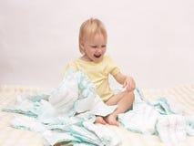 Mała radosna dziewczyna bawić się z stosem pieluszki na białym tle, kopii przestrzeń, pielucha zdjęcia stock